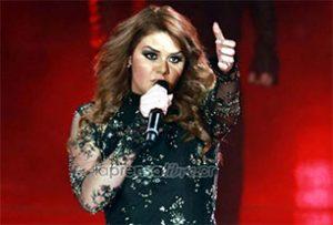 Cantante Yuridia insulta y tilda de perro a fan durante concierto