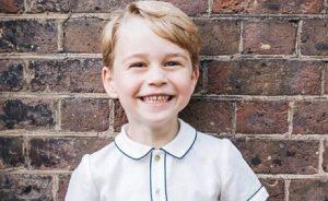 El príncipe George tiene que hacer reverencia a su bisabuela la Reina Elizabeth II