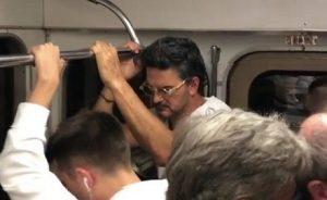 Ricardo Arjona viaja en metro sin ser reconocido